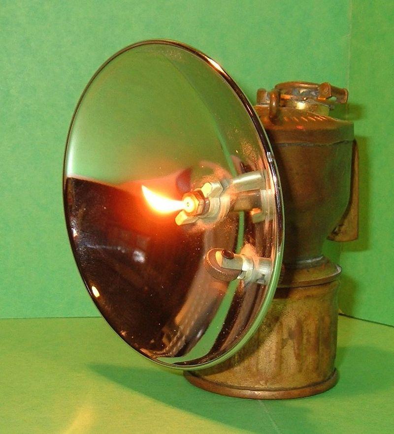 Sử dụng khí acetylen sinh ra từ đất đèn CaC2 để chiếu sáng