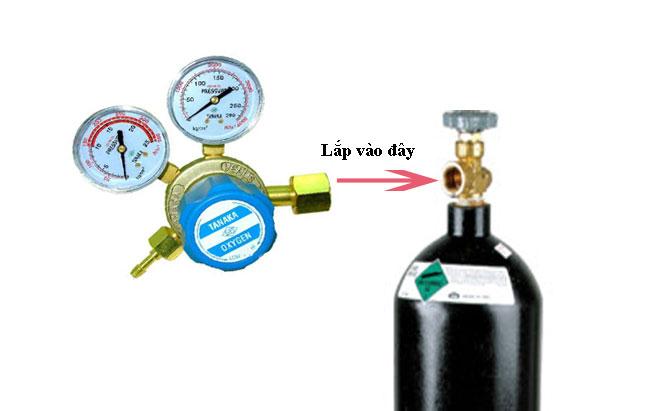 Lắp van giảm áp vào bình khí