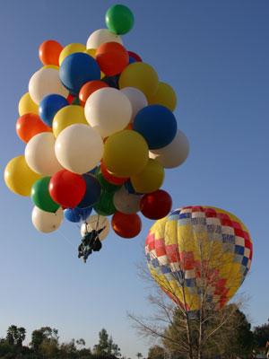 Cần bao nhiêu quả bóng bay heli để nâng bạn vào không trung.
